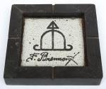 BRENNAND, FRANCISCO (RECIFE, 1927). Cinzeiro em cerâmica vitrificada. Guarnição em madeira. Medida: 20,5 x 20,5. Assinado. (Em função da fragilidade, este lote só poderá ser enviado para fora do estado através de transportadora especializada).