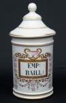 """Pote de farmácia em porcelana francesa no padrão """"Vieux Paris"""", esmaltagem branca com frisos dourados. Identificadores em negro (EMP: BAILL:), guarnecidos com guirlandas de flores em policromia, serpentes e ânfora. Alt.: 27,5 cm. (Em função da fragilidade, este lote só poderá ser enviado para fora do estado através de transportadora especializada)."""