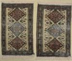 Par de antigos tapetes Ardebil, medindo: 97 x 65. (Com rapados).