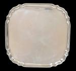 """Salva quadrada lisa com borda ondulada em prata inglesa do período """"Elizabeth II"""", contraste da cidade de """"Londres"""" de 1960. Pés em volutas revirados para dentro. Medida: 31 X 31. Peso: 1.020g."""