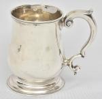 """Raro mug de coleção em prata inglesa lisa do período """"George II"""", contraste da Cidade de Londres de 1754. Pega no feitio de """"S"""" arrematada com florões terminando em volutas. Alt.: 9cm. Prateiro """"George Fayle""""."""