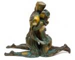 """ANTONIO LIBOREDO (BRASIL, SÉC. XX). """"Les Amants"""", escultura em bronze patinado. Alt.: 65cm. Comp.: 80cm. Assinado."""