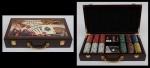 Maleta de Kit para jogo de poker em madeira laqueada com esmaltagem da famosa placa de Las Vegas e jogos. Interior em veludo negro com 2 baralhos e fichas. Medida: 41 X 22. (Sem uso).