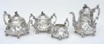 """Esplêndido aparelho para chá e café em prata inglesa vitoriana contraste da Cidade de Londres de 1838, repuxado, lavrado e cinzelado com paisagem e animais de fazenda. Pés no feitio de meninos de joelho. Pegas em """"S"""" arrematadas com """"cabeça de camponês"""". Puxadores em flores e folhas. Composto de: bule de chá, bule de café, leiteira e açucareiro. Peso: 3,280g. Prateiros """"Edward Barnard"""", """"Edward Barnard Jr"""", """"John Banard"""" e """"WM Banard""""."""
