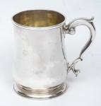 """Raro mug de coleção em prata inglesa lisa do período """"George II"""", contraste da Cidade de Londres de 1732. Pega no feitio de """"S"""" terminando em volutas. Alt.: 12cm. Peso: 420g. Prateiro """"WM Darker""""."""