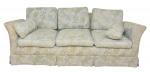 Sofá para 3 lugares, forração em tecido cinza floral. Comp.: 2,25m. Larg.: 92cm.
