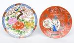 Dois antigos pratos em porcelana japonesa e chinesa, esmaltados com pássaros, flores, borboletas, vaso e ânfora policromada. Frisos dourados. Diam.: 22cm e 20cm. (Em função da fragilidade, este lote só poderá ser enviado para fora do estado através de transportadora especializada).