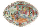 """Invulgar travessa em porcelana chinesa do séc. XIX, período """"Tao Kuang"""" (1821-1850), esmaltagem dita """"Mandarim"""". Decorada no centro com """"nobre e seus serviçais"""". Borda ondulada com peônia, pássaros, borboletas e adereços. Medida: 40,5 X 30. Reproduzido com foto no catálogo. (Em função da fragilidade, este lote só poderá ser enviado para fora do estado através de transportadora especializada)."""