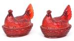 """Par de antigos porta geleias em vidro """"Esberard"""" rubi, no feitio de """"galinha chocando ovos"""". Alt.: 16cm. Comp.: 18cm. (Em função da fragilidade, este lote só poderá ser enviado para fora do estado através de transportadora especializada)."""