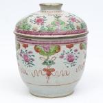 """Potiche também dito """"Nozeira"""" em porcelana chinesa da """"Cia da Índias"""", séc. XVIII, período """"Qianlong"""" (1736 - 1795), esmaltagem Família Rosa"""", decorada com ramos e flores com predominância de peônias. Alt.: 23cm. (Em função da fragilidade, este lote só poderá ser enviado para fora do estado através de transportadora especializada)."""