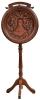 """MANOEL FERREIRA TUNES (PORTUGAL, 1850 -1921) - Grande medalhão em jacarandá e mogno entalhado com a efígie do """"Rei da Bélgica - Leopoldo II"""", suportado por coluna torneada com pernas arqueadas. Apresenta faixa com inscrições na parte superior: """"A La Memoire de Sa Mageste Leopoldo II - Hommage du Brèsil"""". Assinado, datado (1910) e localizado (Rio). Alt.: 2,15m. Este artista foi o autor, em 1908, do famoso portal do """"Centro Cultural da Justiça Federal"""" (antigo Supremo Tribunal Federal) à Av. Rio Branco, nº 241. Pertencente ao acervo dos herdeiros de """"Conde Modesto Leal"""" (João Leopoldo Modesto Leal, 1860 - 1939). Reproduzido com foto no catálogo."""