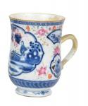 """Mug em porcelana chinesa da """"Cia das Índias"""", séc. XVIII, período """"Qianlong"""" (1736 - 1795), esmaltagem Família Rosa, decorado no centro em reserva com """"personagens femininas no jardim"""". Alt.: 13cm. (Com restauro). Reproduzido com foto no catálogo. (Em função da fragilidade, este lote só poderá ser enviado para fora do estado através de transportadora especializada)."""