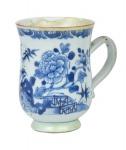 """Mug em porcelana chinesa da """"Cia das Índias"""", séc. XVIII, período """"Qianlong"""" (1736 - 1795), esmaltagem floral azul e branca. Alt.: 12,5cm. (Com restauro). Reproduzido com foto no catálogo. (Em função da fragilidade, este lote só poderá ser enviado para fora do estado através de transportadora especializada)."""