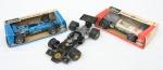 """Três réplicas miniaturas de coleção dos famosos veículos de """"Fórmula 1"""" (Lotus, Brabham e Matra Ford), manufatura """"Schuco"""", Alemanha - década de 70. Comp.: 27cm. Acompanha estojo original em 2 veículos."""