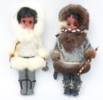 """Duas bonecas representando """"Meninas Esquimós"""". Alt.: 31cm. Olhos de vidro com movimento. Vestes e apetrechos típicos. (Década de 70)."""