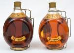 """Dois Whiskies escoceses da marca """"Dimple"""" de 1.89 L (cada) com suporte e alça em metal."""