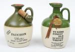 """Dois Whiskies de coleção escoceses das marcas """"Fauchon"""" e """"Tuxedo"""". Embalagens em cerâmica nas cores verde e marfim."""