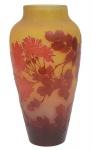 EMILLE GALLÉ (FRANÇA, 1900). Esplendido vaso art nouveau em pasta de vidro acidado decorado com ramos, folhas e peônias nas cores cereja e âmbar. Alt.: 36 cm. Assinado. Reproduzido com foto no catálogo. (Em função da fragilidade, este lote só poderá ser enviado para fora do estado através de transportadora especializada).