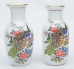 """Par de vasos em porcelana chinesa, esmaltagem branca, decorados com """"casal de pavões"""" e diagramas policromados. Alt.: 20cm. (Em função da fragilidade, este lote só poderá ser enviado para fora do estado através de transportadora especializada)."""