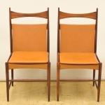 """SERGIO RODRIGUES (1927-2014). Par de cadeiras em jacarandá, ditas """"Cantù Alta"""" (circa 1959). Estrutura torneada. Espaldar com travessa superior abaulada. Assento e encosto em couro. Estas cadeiras foram classificadas em 3º lugar no """"IV Concorso Internazionale del Mobile"""", na cidade de Cantù, Itália em 1961. Reproduzido na pág. 252 no livro do artista por """"Soraya Cals""""."""