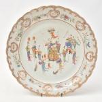 """Esplêndido medalhão em porcelana chinesa da """"Cia das Índias"""", séc. XVIII, período """"Qianlong"""" (1735-1796), esmaltagem """"Família Rosa"""". Centro decorado com """"O cortejo da Imperatriz no riquixá com seus serviçais"""". Borda ondulada com raminhos de flores salpicados e intercalados com faixas e fitomorfos realçados a ouro. Diâm.: 38cm. (Em função da fragilidade, este lote só poderá ser enviado para fora do estado através de transportadora especializada)."""