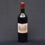"""CHÂTEAU LAFITE ROTHSCHILD - PAUILLAC (PREMIER GRAND CRU CLASSÈ) 1973. Raríssimo vinho tinto de """"Pauillac"""" (França). Uva: 100% Cabernet Sauvignon. 750ml. Notas de tabaco, cedro, couro, cassis e amora. Na boca aveludado e extremamente elegante."""